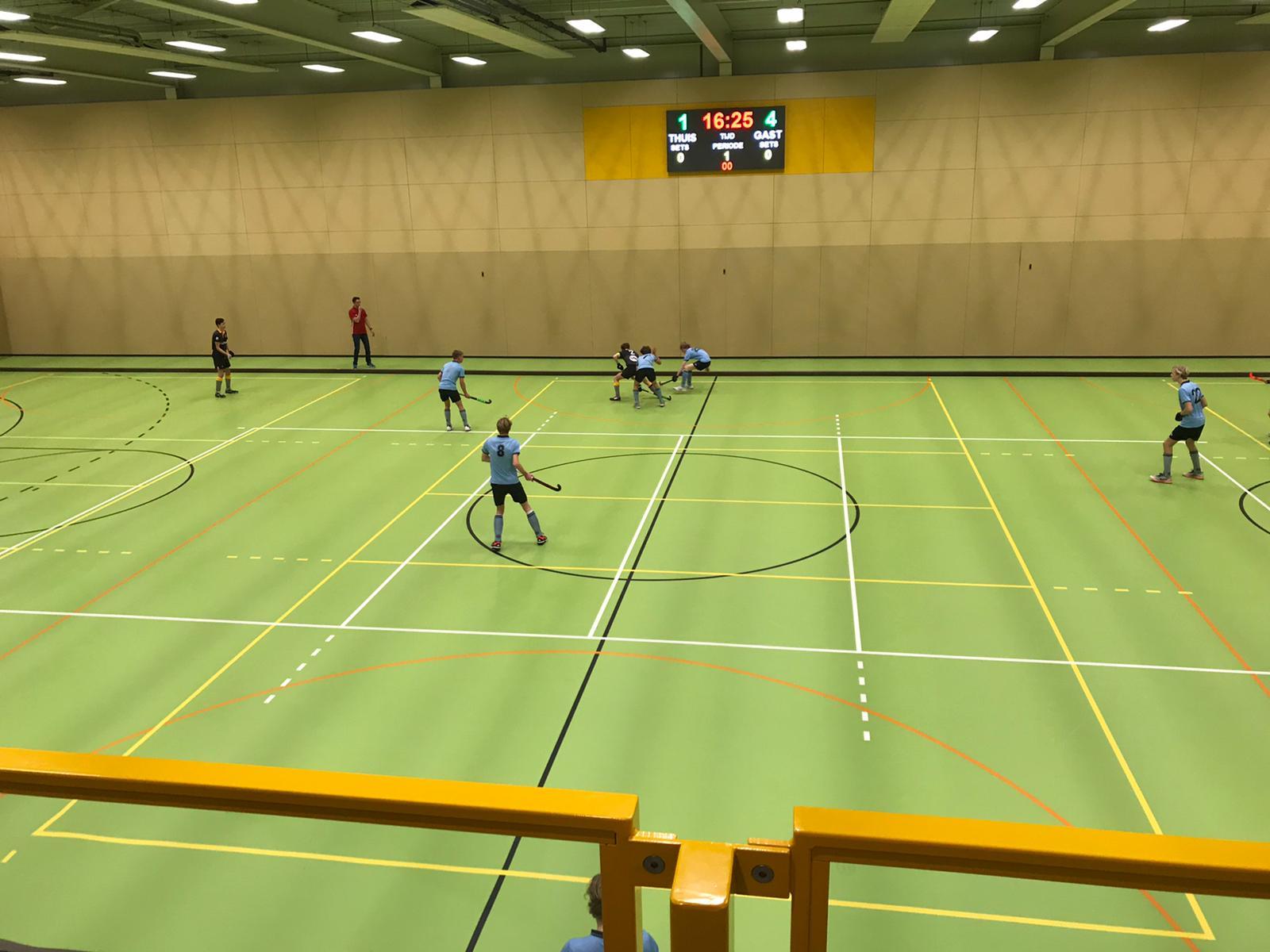 Zaalhockey – opbouw m.b.v. een balkspeler
